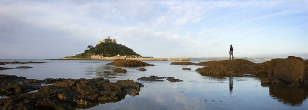 st-michaels-mount-can-be-reached-on-foot-at-low-tide-but-otherwise-only-by-ferry-its-one-of-the-big-three-tourist-attractions-on-the-remote-peninsula-of-cornwall