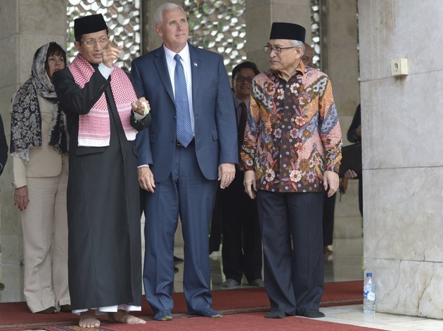 us-vice-president-mike-pence-center-is-given-a-tour-by-the-grand-imam-of-istiqlal-mosque-nasaruddin-umar-left-and-the-chairman-of-the-mosque-muhammad-muzammil-basyuni-right-during-his-visit-to-the-largest-mosque-in-southeast-asia-in-jakarta-indonesia-thursday-april-20-2017
