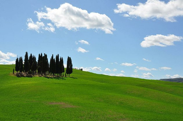 the-tuscan-countryside-is-a-confection-of-green-hills-and-blue-sky