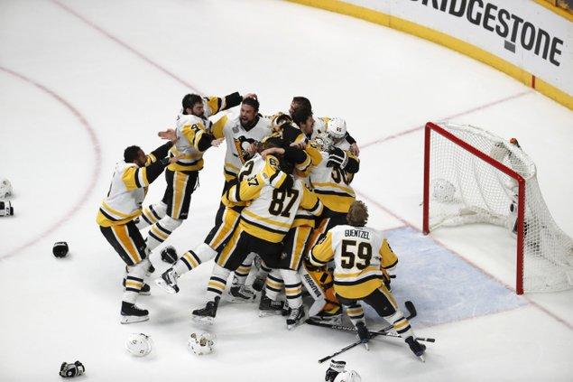 Sidney Crosby wins back-to-back Conn Smythe Award trophies