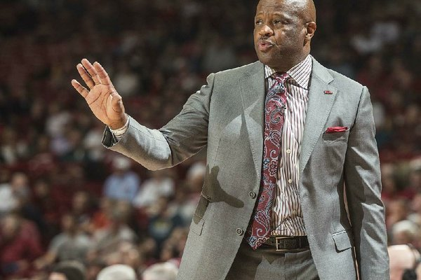 NWA Democrat-Gazette/ANTHONY REYES @NWATONYR Mike Anderson, Arkansas head coach, talks to his team against Mississippi State in the second half Tuesday, Jan. 10, 2017 at Bud Walton Arena in Fayetteville. The Razorbacks lost 84-78.