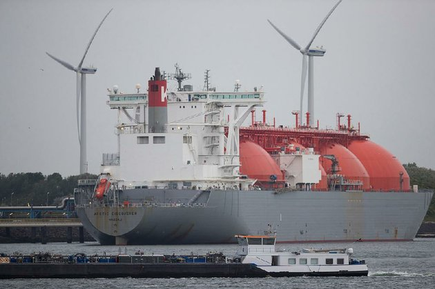 the-arctic-discoverer-liquefi-ed-natural-gas-lng-tanker-operated-by-k-line-lng-shipping-uk-ltd-sits-moored-at-the-gate-lng-terminal-as-wind-turbines-stand-beyond-in-the-port-of-rotterdam-in-rotterdam-netherlands-in-june