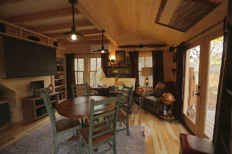 treehouse masters interior this treehouse in pennsylvania is typical of the highend retreats that pete nelson and crew build on animal planets treehouse masters masters fans fantasies big kids