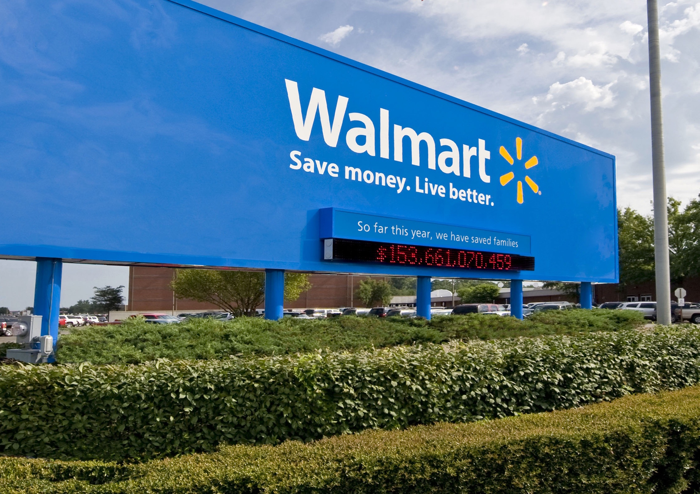 Wal-Mart boosts starting pay to $11 an hour, offers bonuses
