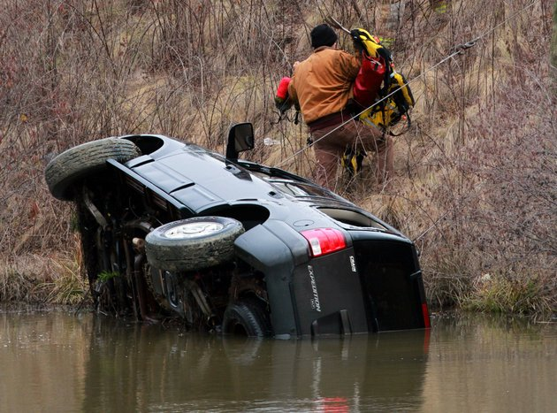 arkansas-democrat-gazettebenjamin-krain-1142013-little-rock-firefighters-recover-a-vehicle-submerged-in-a-lake-at-cooper-orbit-road-and-rushmore-road-ice-on-the-road-caused-the-driver-to-loose-control-of-the-vehicle