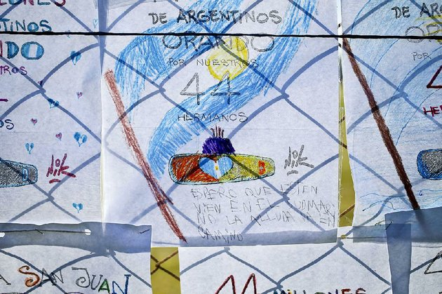 childrens-drawings-hang-on-a-fence-at-the-mar-del-plata-naval-base-in-argentina-in-memory-of-the-missing-submarine