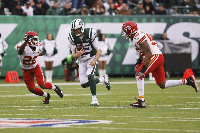 0370995c4c3 New York Jets quarterback Josh McCown (center) breaks away during the  second half Sunday against the Chiefs in East Rutherford, N.J. McCown  scored with 2:15 ...
