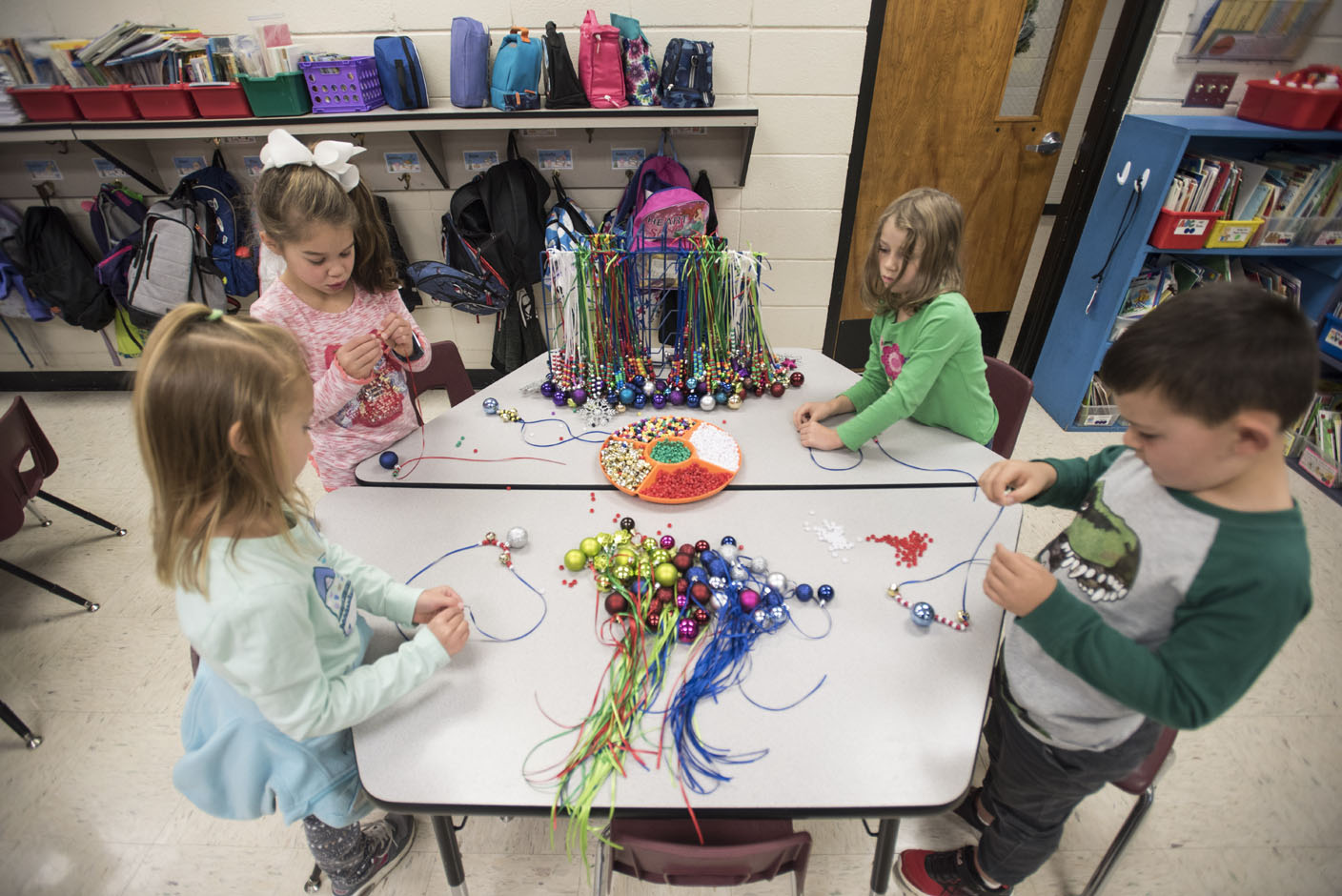 Bentonville kindergartners make necklaces to raise money for families