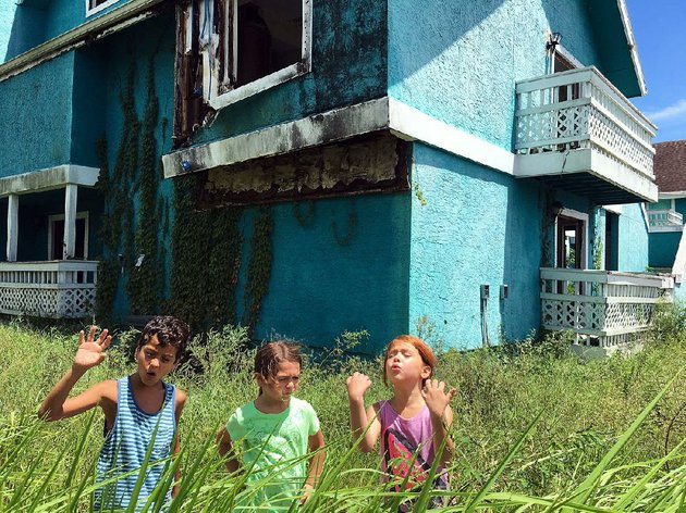 scooty-christopher-rivera-moonee-brooklynn-prince-and-jancey-valeria-cotto-are-largely-without-adult-supervision-in-sean-bakers-gritty-the-florida-project