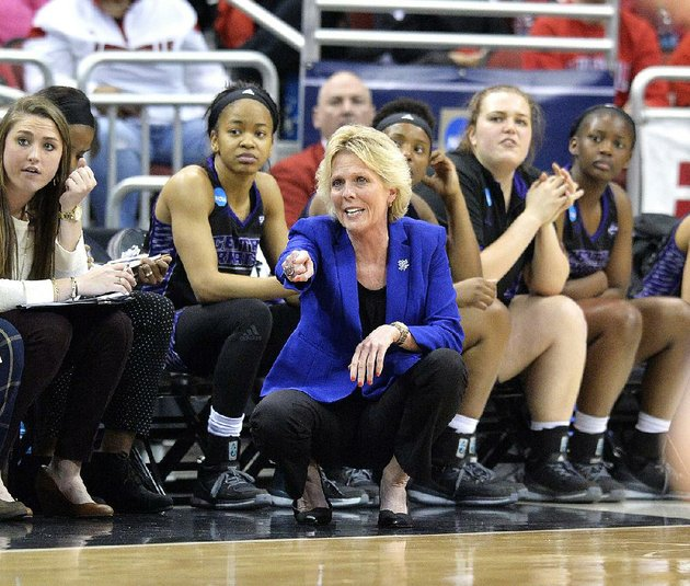 central-arkansas-coach-sandra-rushing-phoned-in-instructions-for-her-players-while-she-was-in-mississippi-after-the-death-of-her-father
