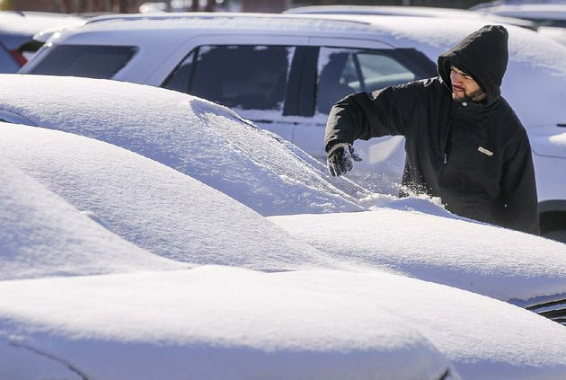 arkansas-democrat-gazettebenjamin-krain-11618-bailey-williams-a-valet-for-the-little-rock-marriott-scrapes-snow-off-the-windshield-of-a-vehicle-left-overnight-in-the-hotel-parking-lot-as-he-goes-to-retrieve-it-for-a-guest-on-tuesday-morning