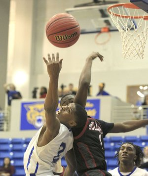 Bryant's Khalen Robinson (left) and Springdale's Jujuan Boyd try to corral a rebound Wednesday in North Little Rock.
