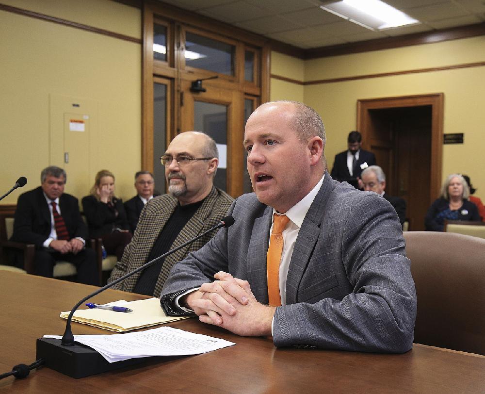 Hog-farm permit bill moves to full Arkansas House