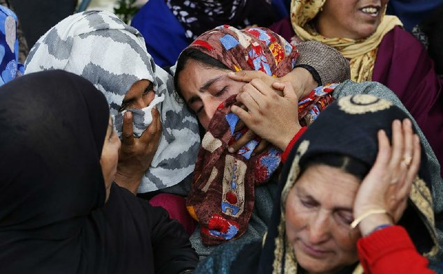 Thousands at Gaza border, hundreds wounded