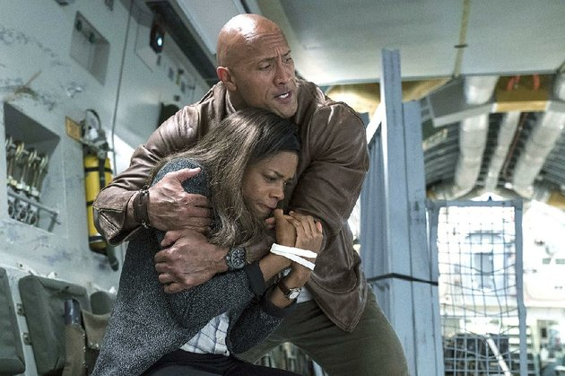 naomie-harris-stars-as-dr-kate-caldwell-and-dwayne-johnson-as-davis-okoye-in-the-new-action-adventure-film-rampage-it-came-in-first-at-last-weekends-box-office-and-made-about-357-million