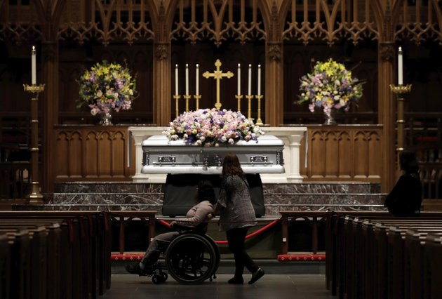 mourners-pause-as-former-us-first-lady-barbara-bush-lies-in-repose-during-the-visitation-of-former-first-lady-barbara-bush-at-st-martins-episcopal-church-friday-april-20-2018-in-houston-ap-photoevan-vucci