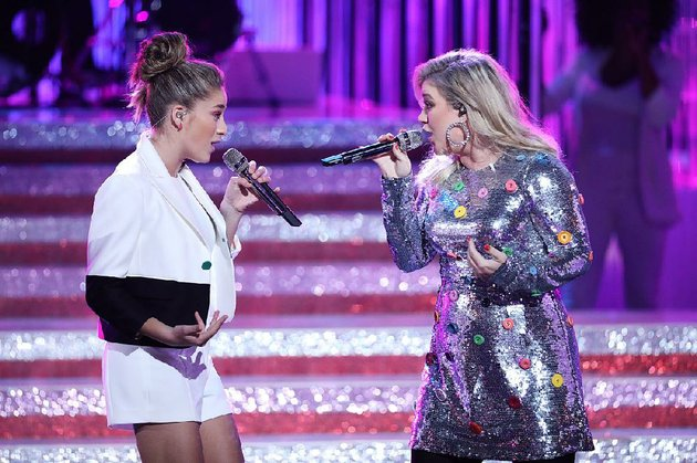 the-voice-coach-kelly-clarkson-right-performs-with-team-kelly-member-brynn-cartelli-this-season-the-finale-performance-show-airs-at-7-pm-monday-on-nbc