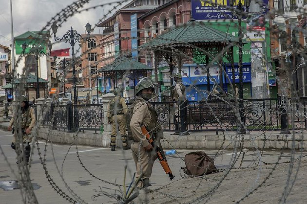 indian-paramilitary-soldiers-patrol-the-streets-saturday-in-srinagar