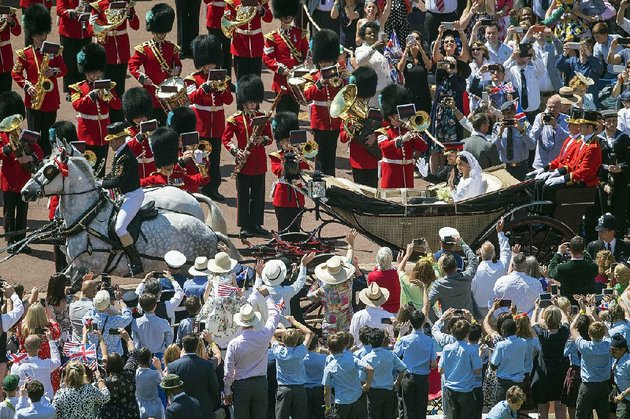 meghan-markle-and-prince-harry-ride-through-windsor-castle-in-a-carriage-saturday-after-their-wedding-at-st-georges-chapel