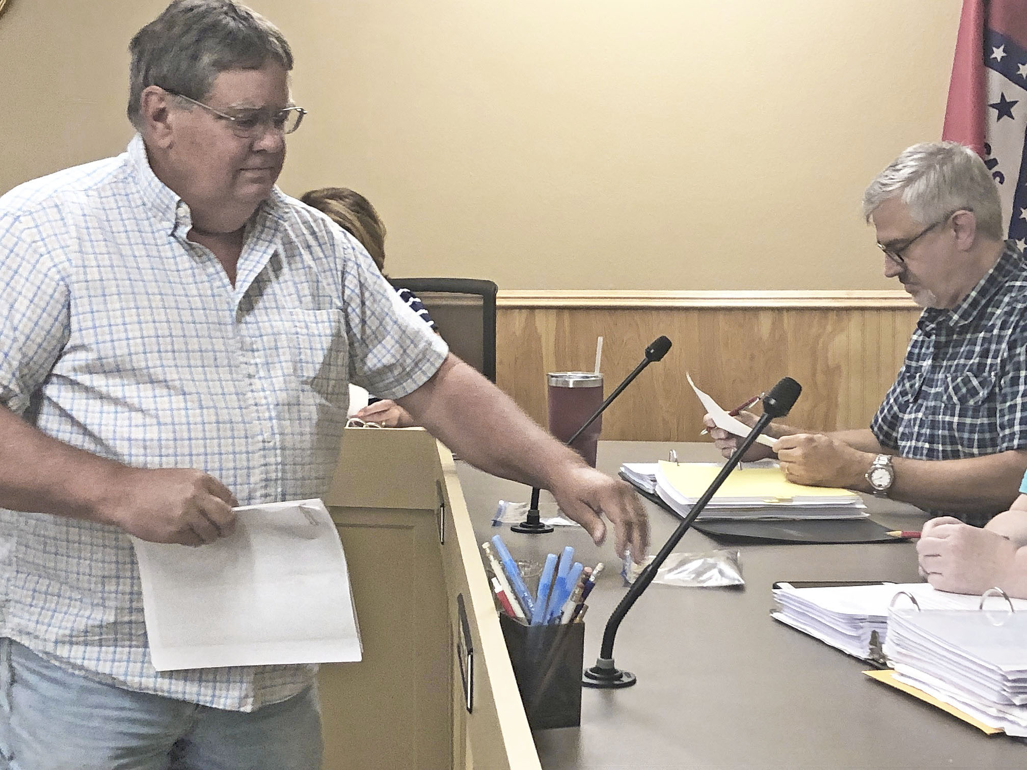 Bethel Heights resident delivers bags of sludge to council, members leave citizens without response