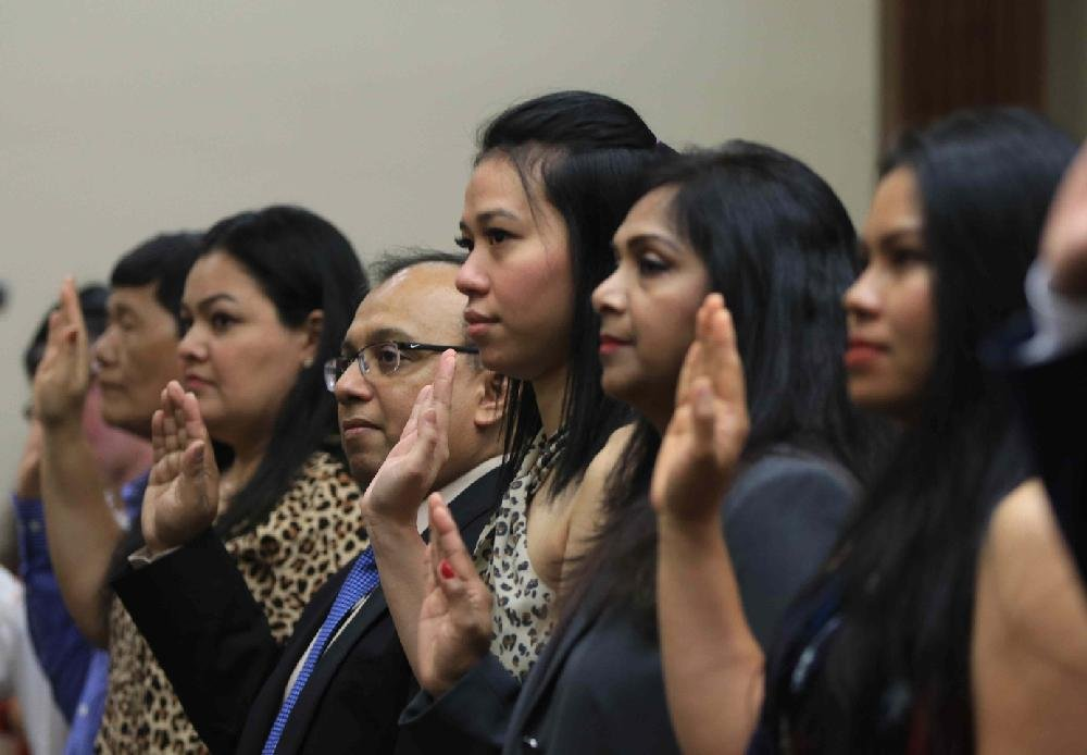 48 immigrants become citizens in Little Rock naturalization